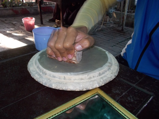 making-thanaka-paste